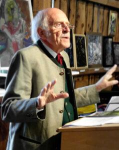 Dr. Josef Heringer war vor dem Ruhestand lange Jahre einer der herausragenden Mitarbeiter der Bayerischen Akademie für Naturschutz und Landschaftspflege (ANL) in Laufen, einer staatlichen Bildungseinrichtung. Zahllose Lehrerinnen und Lehrer prägte er durch seinen mitreißenden Vortragsstil und motivierte sie zu einem umweltkritischen Unterricht, als Umwelterziehung noch gar nicht vorgesehen war in bayerischen Lehrplänen. Seine Familie stammt aus Häringen, das heute zu Halblech gehört. Deshalb beherrscht er den Ostallgäuer Dialekt und kennt das Ammergebirge besonders gut.