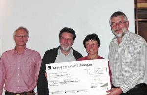 UIP-Pressesprecherin Claudia Fenster-Waterloo überreicht den Spendenscheck an Vorstandsmitglieder des Fördervereins Nationalpark Ammergebirge (v. l. n. r.: Josef Rauwolf, Hans Hack, Hubert Endhardt)