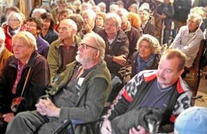 Die Tenne war voll, als Dr. Heringer seinen Vortrag hielt (vorne in der Mitte: Dr. Volker Zahn, der zum 6. Mal zur Kunstausstellung auf seinem Arche-Noah-Hof eingeladen hatte).