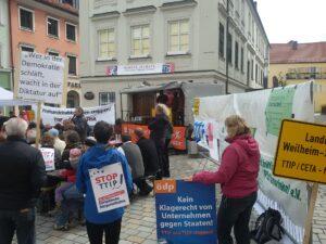 Anti-TTIP-Aktion in Weilheim (rechts die Firewall, wo Kommentare zu TTIP gesammelt wurden)