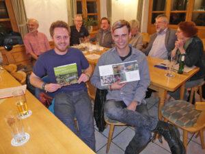 Timo Weier und Felix Siegmann präsentieren die neue Broschüre.